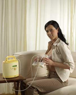 Mujer usando el sacaleches